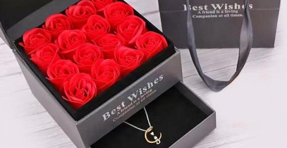 Скидка 1000 рублей на подарок из цветов и оригинального кулона